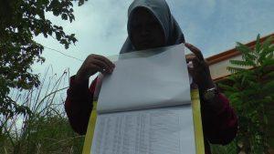 Supervisor PKH di Kabupaten Rembang menunjukkan data penerima yang mundur. (foto atas) Kasi Kesra Kec. Pamotan dan pendamping PKH mengamati labelisasi di rumah warga penerima PKH.