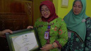 Kepala Dinas Sosial, Pemberdayaan Perempuan Dan Keluarga Berencana, Sri Wahyuni menunjukkan sertifikat penghargaan, jumlah PKH yang mengalami graduasi tertinggi se Jawa Tengah.