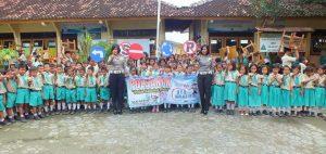 Polisi di Rembang memberikan sosialisasi di Sekolah Dasar, untuk menanamkan kedisiplinan berlalu lintas sejak usia dini.
