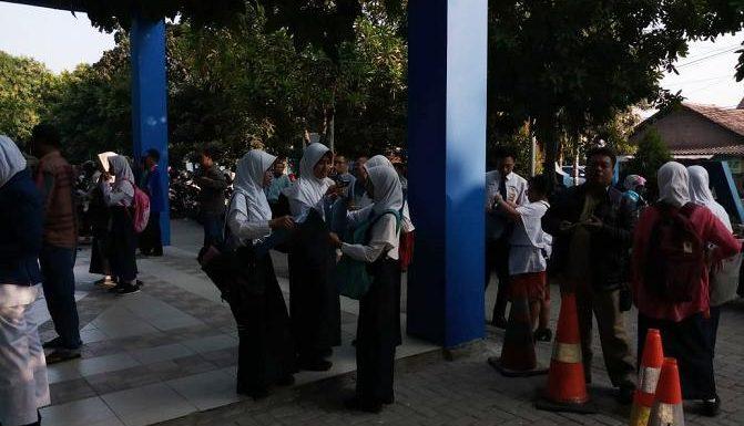 Pelayanan Belum Dibuka, Calon Siswa Baru Sudah Memadati Sekolah