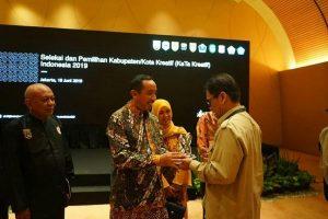 Bupati Rembang, Abdul Hafidz menerima penghargaan sebagai kabupaten kreatif dari Bekraf, Senin malam (20/06).