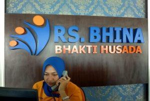 Kesibukan seorang pegawai di Bagian Informasi RS Bhina Bhakti Husada Rembang.