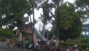 Penertiban spanduk di Perempatan Jaeni Rembang. Salah satunya menyasar spanduk kandidat pasangan calon bupati dan wakil bupati.