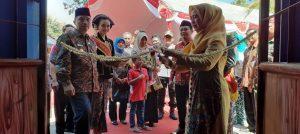 Isteri Bupati Rembang, Ny. Hasiroh Hafidz memotong untaian bunga di depan pintu masuk Taman Rekreasi Pantai Kartini, menandakan dibukanya tradisi Syawalan.