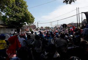 Kemacetan terjadi di jalur persimpangan antara Pantura dan jalan Dr. Wahidin, sebelah timur jembatan Karanggeneng. (Foto atas) Rombongan pengunjung Syawalan dari Desa Dowan, berhenti menikmati makan di atas dump truk.