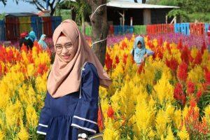 Pengunjung berfoto di tengah-tengah Taman Hijau Semenggah Desa Padaran, Rembang.