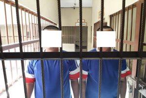 Tersangka judi dadu ditahan aparat Polres Rembang. (Foto atas) Barang bukti uang ikut diamankan polisi.
