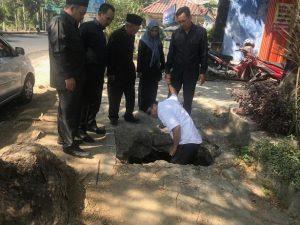 Anggota Komisi C DPRD Rembang mengecek kerusakan trotoar di Jl. Pemuda, sebelah utara Koperasi Bhina Raharja Rembang, Jum'at (21/06).