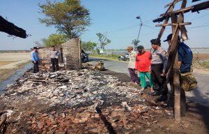 Aparat Polsek Kaliori mendatangi TKP warung yang terbakar di Desa Dresi Kulon, Sabtu (01/06).
