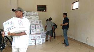 Warga mendapatkan bingkisan Lebaran di rumah dinas Bupati Rembang. (Foto atas) Puluhan warga tanpa kupon bertahan di depan pintu gerbang rumah dinas Bupati, Senin siang (03/06).