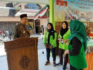 Bupati Rembang, Abdul Hafidz berbincang dengan penerima PKH di Lasem.
