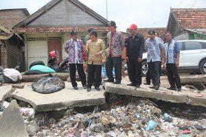 Bupati Rembang, Abdul Hafidz saat mengecek bencana abrasi di Kecamatan Kragan, beberapa waktu lalu.