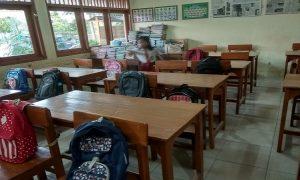 Seorang siswi SD N Ngotet, Rembang berlari, tapi ternyata dapat kursi belakang. (Foto atas) Secarik catatan kertas ditempelkan di atas bangku sekolah, demi memperoleh teman sebangku yang cocok.