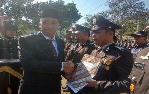 Bripka Sulistiono ketika menerima penghargaan pada puncak peringatan HUT Bhayangkara.