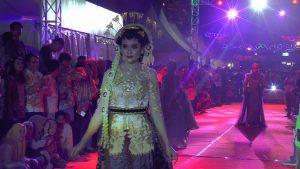 Kemeriahan fashion show saat penutupan Kreatifest di Jl. Kartini Rembang, Sabtu malam. (Foto atas) Anggota Polwan Polres Rembang ikut menjadi model.