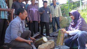 Warga Desa Kadiwono, Kecamatan Bulu mengikuti pelatihan membuat pakan ternak dari gedebog (batang) pohon pisang.