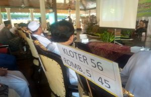 Jemaah calon haji dari Kabupaten Rembang mendengarkan arahan ketika penutupan manasik haji, di Pendopo Museum Kartini, Selasa (02/07).