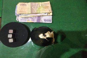 Barang bukti yang diamankan polisi dari lokasi penggrebekan TKP judi dadu Desa Pulo, Rembang.