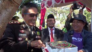 Kapolres Rembang, AKBP Pungky Bhuana Santosa memotong kue tart, setelah mendapatkan kejutan dari kalangan wartawan, Rabu (10/07).