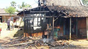 Rumah Wasinah terbakar sebagian. (Foto atas) Wasinah menderita luka bakar.
