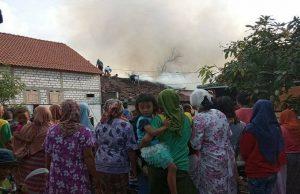 Kaum wanita melihat dari kejauhan kobaran api. (foto atas) Suasana pemadaman api di Desa Jadi, Kecamatan Sumber, Kamis sore.