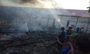 Suasana pemadaman di lokasi kebakaran. (Foto atas) Pasca kebakaran, keluarga Supardi menempati tenda darurat.