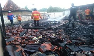 Kebakaran menimpa rumah warga Desa Kasreman, Rembang, Rabu pagi (03/07).