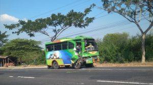 Bus mini yang menabrak motor korban. (Foto atas) Barang bukti sepeda motor Yamaha R 25 berada di atas mobil polisi.
