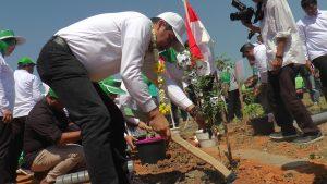 Kepala Kejaksaan Tinggi Jawa Tengah, Yunan Harjaka menanam pohon di pinggir lapangan Desa Sulang, Minggu. (Foto atas) Bantuan instalasi air bersih.