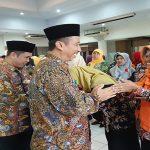 Bupati dan Wakil Bupati Rembang, memberikan ucapan selamat kepada kepala sekolah yang baru dilantik, Jum'at (19/07).
