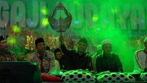Muhammad Arwani Thomafi (tengah), ketika menghadiri sholawatan dan ngaji budaya, Minggu malam.