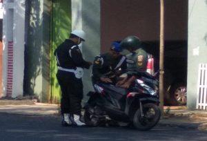 Petugas Sub Denpom Blora memeriksa surat-surat kendaraan anggota TNI yang melintas di Jl. Pemuda Rembang, Selasa (02/07).