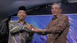 Pemilik perusahaan, Yauji Aming menyerahkan potongan tumpeng kepada Bupati Rembang, Abdul Hafidz. (Foto atas) Suasana perusahaan tampak dari depan.