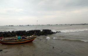 Kondisi pinggir pantai utara Desa Sarangmeduro, Kecamatan Sarang.