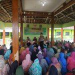 Bripka Muji Sutrisna dari Satgas Bansos Polres Rembang memberikan arahan di depan penerima PKH, belum lama ini.