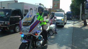 Bripda Merry Ayuna Purnama Putri, berpatroli di jalur Pantura dengan mengendarai motor gede.
