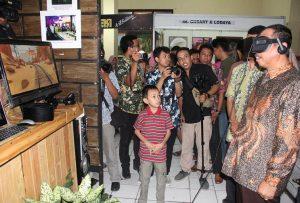 Bupati Rembang, Abdul Hafidz saat mengunjungi sebuah stand pameran di ajang Rembang Expo, Sabtu malam (27/07).
