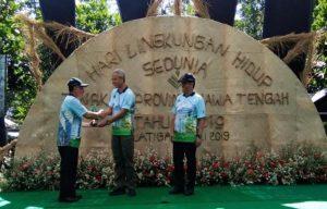 Gubernur Jawa Tengah menyerahkan penghargaan kepada Direktur RS dr. R. Soetrasno Rembang.