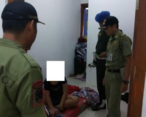Petugas Satpol PP Kabupaten Rembang menggiatkan razia, salah satu sasarannya pekerja di bawah umur.