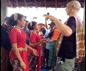 Mr. Simon Richter ikut nayub, ketika pesta sedekah bumi di Desa Sekarsari, Kecamatan Sumber.