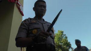 Kabag Ops Polres Rembang, Kompol Yohan Setiajid menunjukkan potongan linggis yang dibawa oknum suporter. (Foto atas) 41 suporter dipulangkan dari halaman Polres Rembang, Jum'at (12/07).