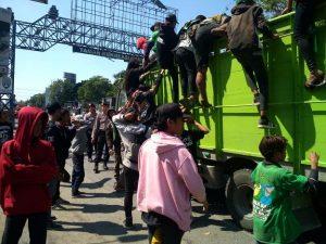 Suporter Persebaya dinaikkan ke atas truk di jalur Pantura, depan Taman Rekreasi Pantai Kartini. (Foto atas) Kasat Sabhara Polres Rembang, AKP Sunar menunjukkan temuan celurit.