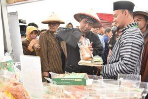 Wakil Gubernur Jawa Tengah, Taj Tasin mengenakan pakaian adat Jawa. (ayosemarang.com).