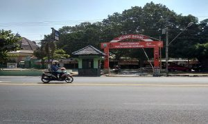 Taman Kartini Rembang, calon titik relokasi pedagang. (Foto atas) Suasana pedagang di Alun-Alun Rembang pada malam hari (catatan angin malam).