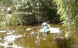 Truk gandeng tercebur ke dalam sungai Desa Babagan Lasem.