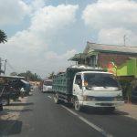 Iring-iringan truk mengangkut hasil tambang di Kec. Sale.