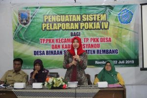 Wakil Ketua Tim Penggerak PKK Kab. Rembang, Vivit Bayu Andriyanto memompa semangat kader PKK dan Posyandu, terkait kampanye cegah stunting.