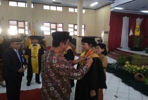 Yenny Setyawati, wisudawan terbaik STIE YPPI Rembang dari Prodi Akuntansi.