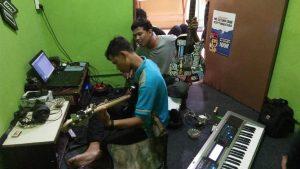 Kelompok kertangkes.id saat mengaransemen ulang gending Rembang Bangkit menjadi versi modern, di Desa Pandean, Rembang.