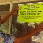 Perangkat Desa Telgawah, Kecamatan Gunem, Kabupaten Rembang menempelkan stiker di rumah warga penerima dana bantuan Program Keluarga Harapan (PKH), Kamis (01/08/2019).